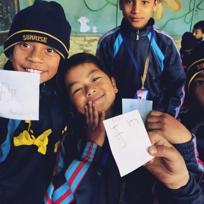 高校生ボランティア大石花さんから日本語を学ぶネパールの子供たち